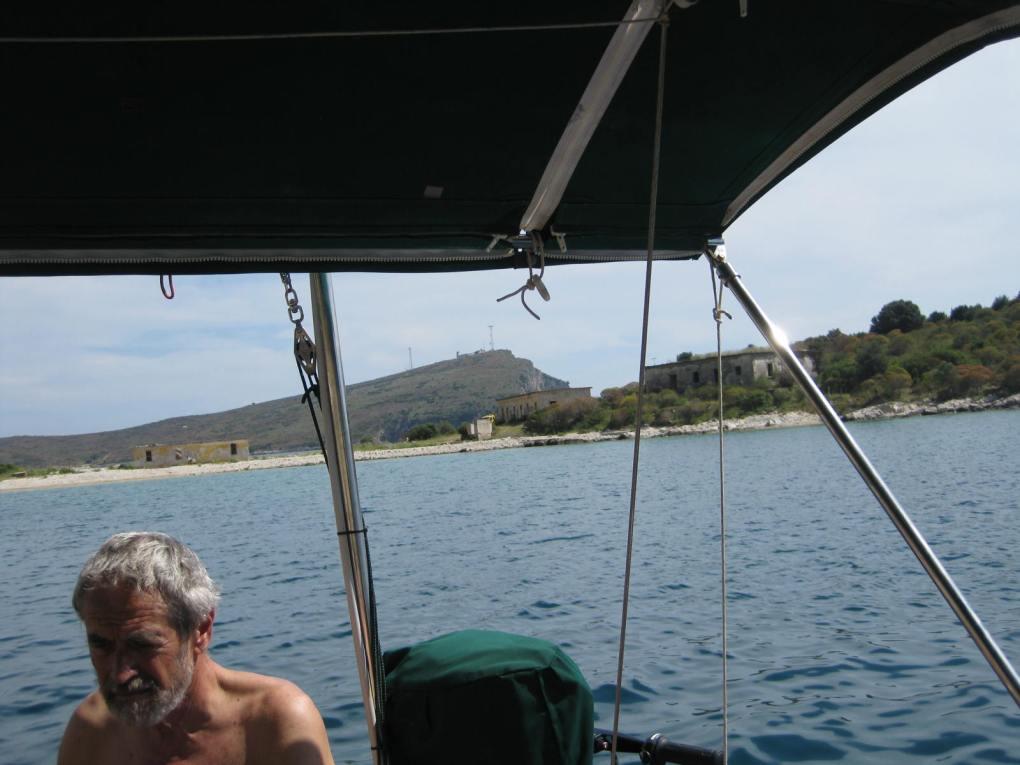 Porto Palermo, Blick zu Salbeilager+Sender+Leuchtfeuer